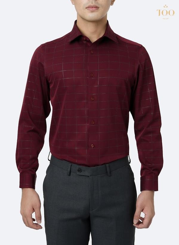 áo sơ mi đỏ đô họa tiết caro chìm tinh tế, kết hợp cùng quần âu màu xám ghi