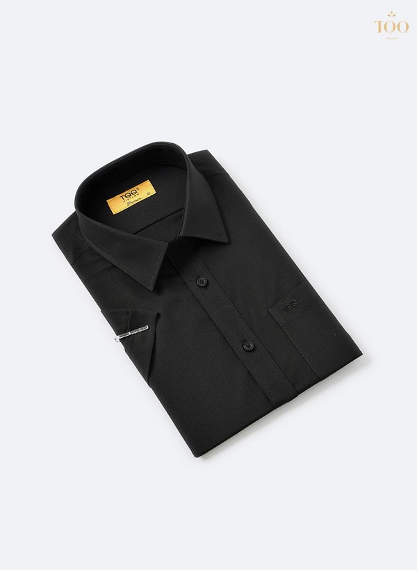 Mặc áo sơ mi nam đen trơn nên chú ý tới việc phối đồ sao cho đẹp
