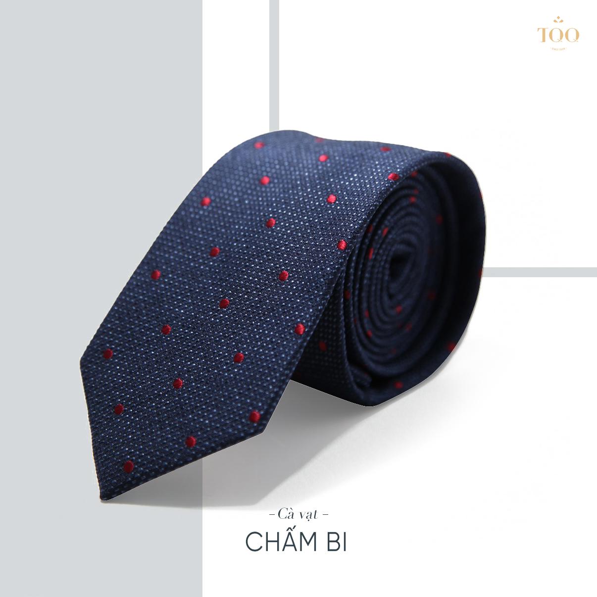 Cà vạt chấm bi sẽ phù hợp với áo sơ mi trơn hoặc họa tiết kẻ chìm