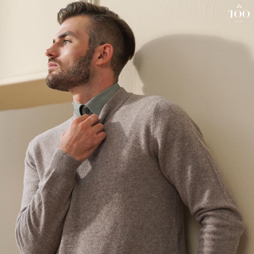 Cài cổ áo khi mặc sơ mi trong áo len nam