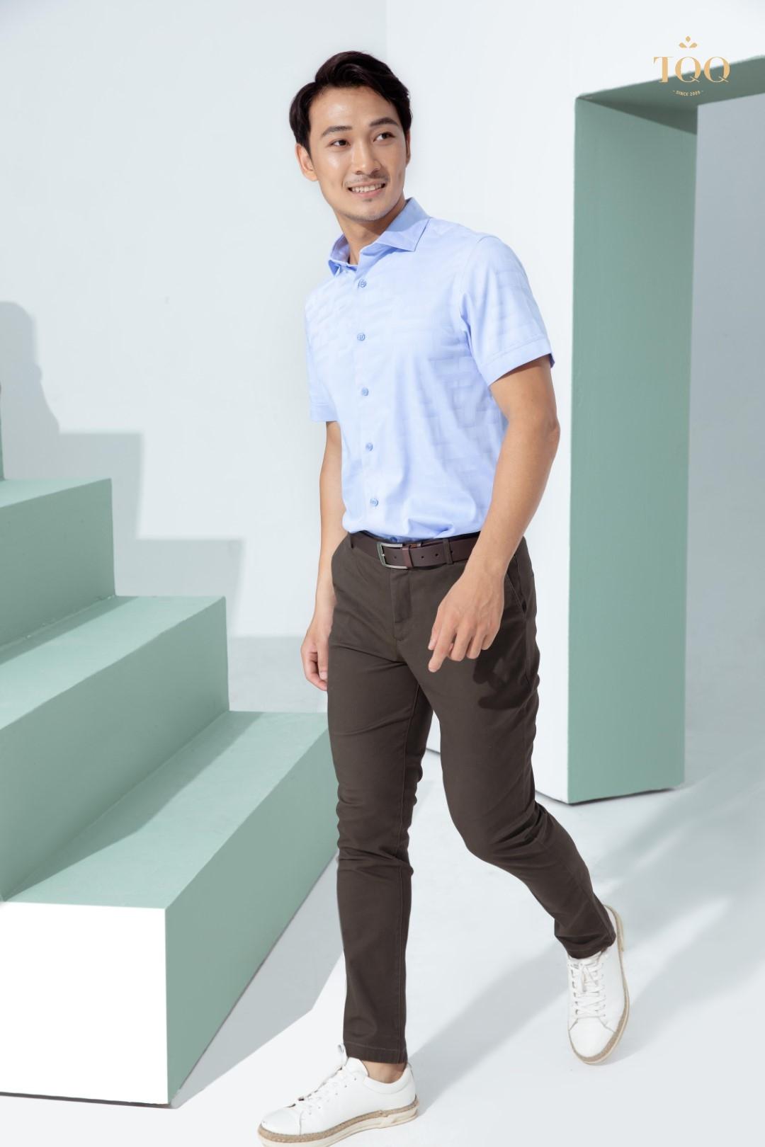Áo sơ mi + quần kaki là sự kết hợp đem đến sự trẻ trung, phong độ cho nam giới