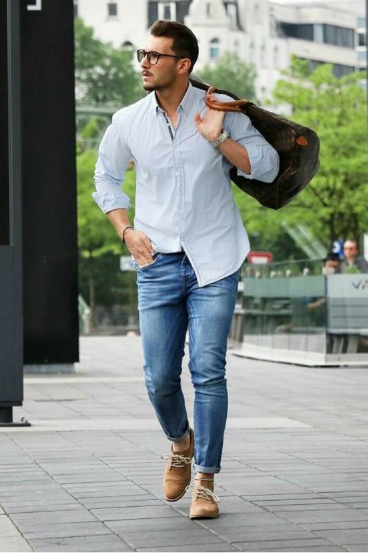 Kết hợp sơ mi dài tay và quần jeans mang lại sự phóng khoáng, cá tính cho phái mạnh.