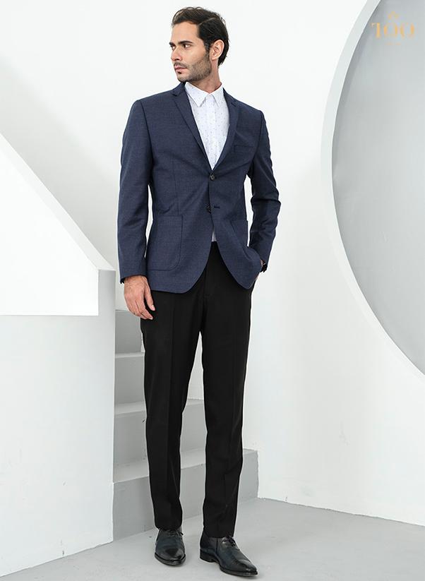 Áo sơ mi nam trắng chấm bi kết hợp cùng vest ghi, quần tây và giày da tối màu