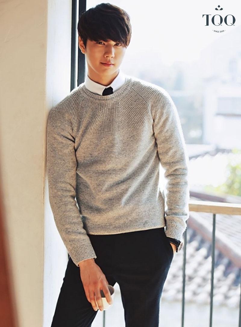 Phá cách khi kết hợp sơ mi trắng bên trong sweater mang đến cho chàng vẻ ngoài lãng tử, nam tính