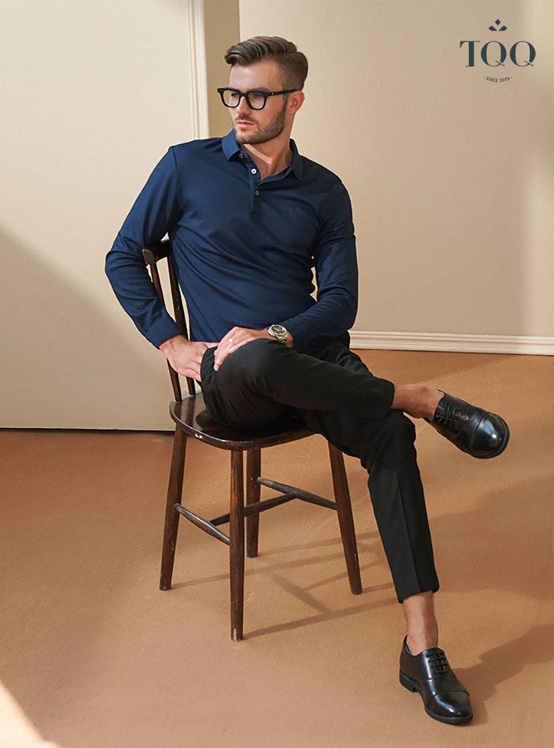 Chọn lựa kết hợp giữa áo màu xanh navy cùng quần màu đen là một ý tưởng không tồi