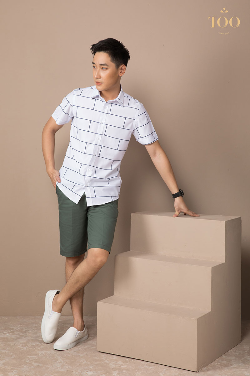 Áo sơ mi trắng họa tiết kẻ ô kết hợp với quần short, giày Sneaker đem đến sự trẻ trung, năng động và thoải mái