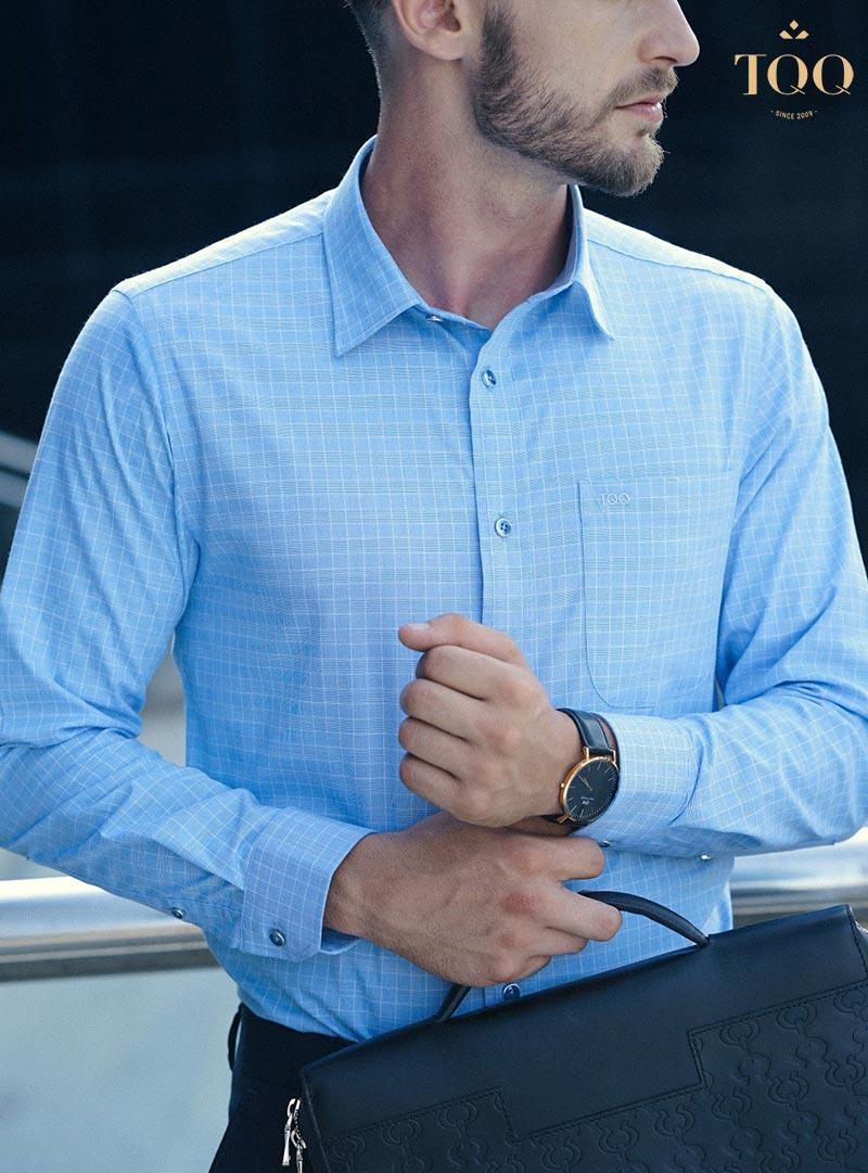 Áo sơ mi dài tay màu xanh dương họa tiết nhỏ đem lại sự lịch lãm, quyến rũ cho đấng mày râu