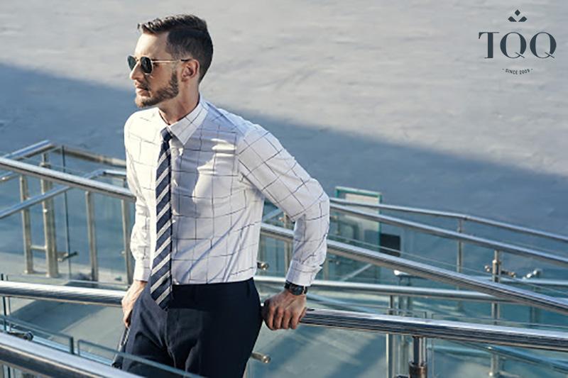 Họa tiết đơn giản sẽ là phù hợp nhất với áo sơ mi nam dành cho nam giới trung tuổi