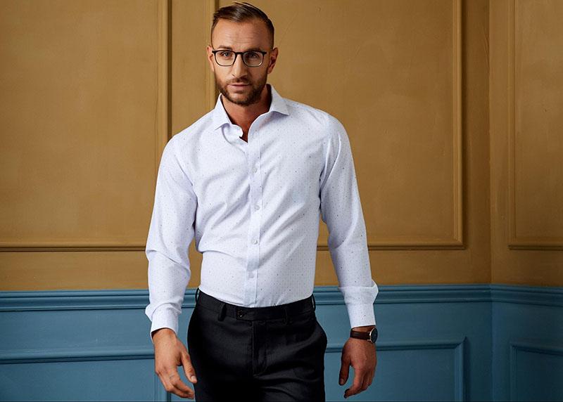 Chỉn chu và lịch lãm với áo sơ mi trắng kết hợp quần âu tối màu