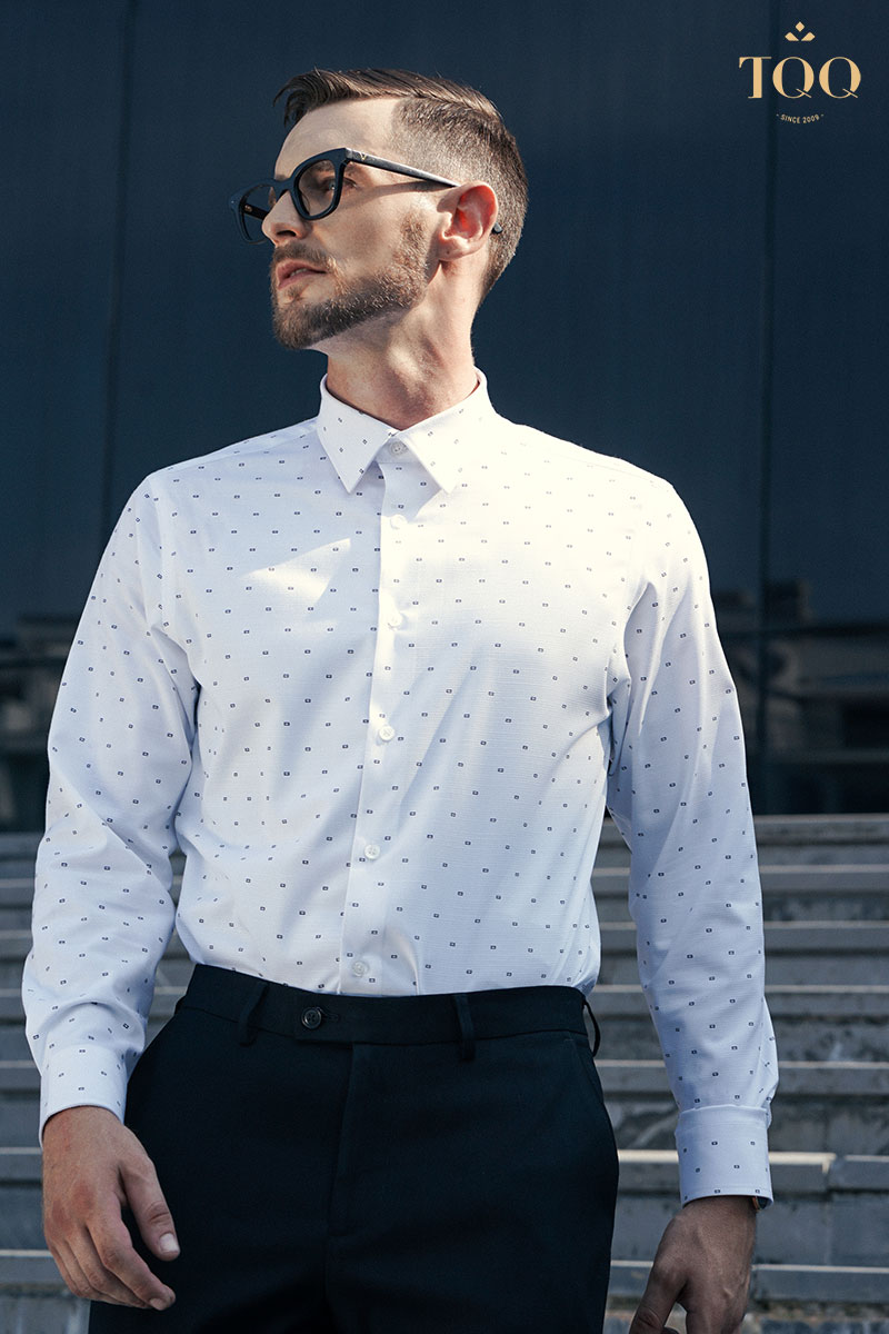 Mẫu áo sơ mi nam H261CS màu trắng với họa tiết nhỏ đem lại sự trang nhã cho nam giới tuổi trung niên
