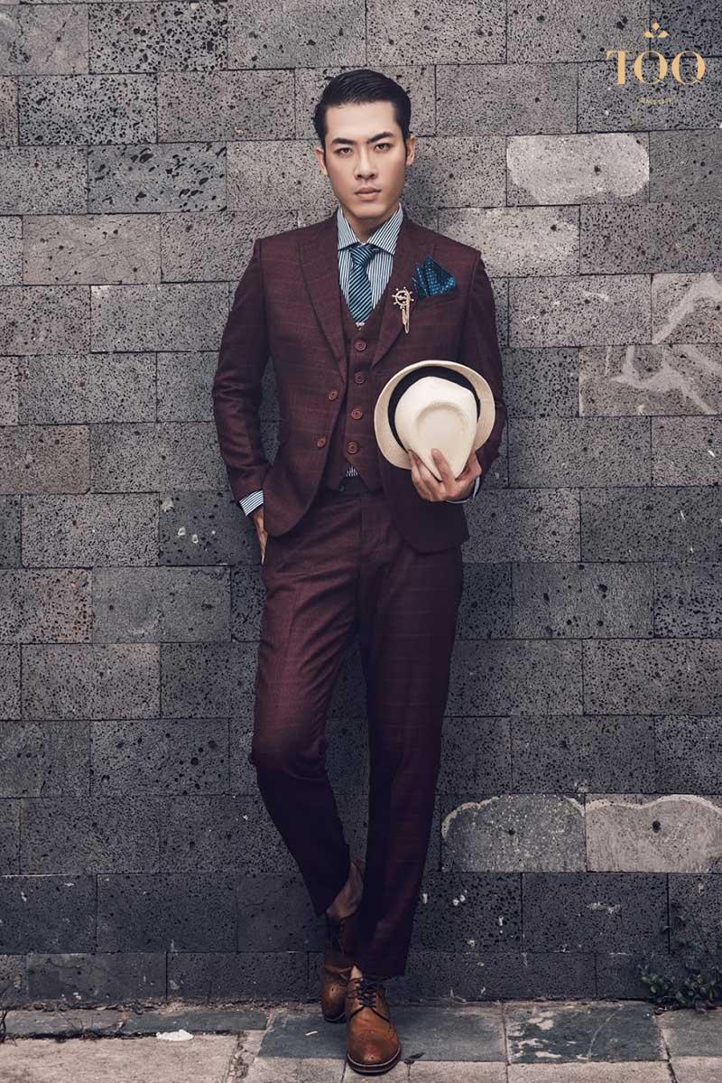 Lạ mắt với Vest màu đỏ đô kết hợp phối torn- sur - torn với quần Âu cùng màu khiến chàng trở nên nổi bật