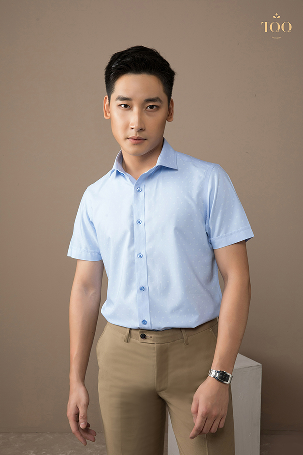 áo sơ mi hoạ tiết nhỏ ngắn tay, kết hợp với quần kaki sẫm màu