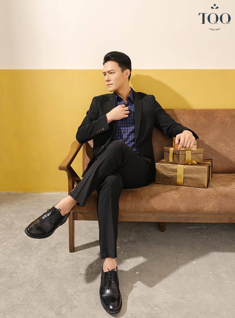 Áo sơ mi kết hợp với áo vest giúp nam giới trông lịch sự, sang trọng hơn trong các bữa tiệc