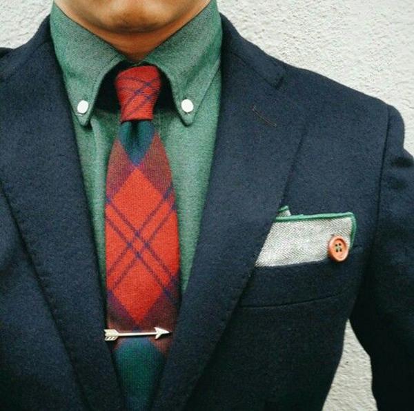 cà vạt màu đỏ và sơ mi xanh lá