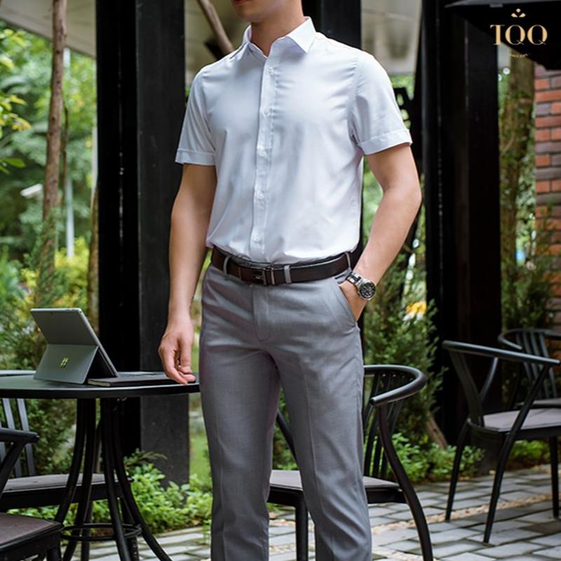 Nên chọn quần  u tối màu/màu trung tính khi kết hợp với áo sơ mi trắng