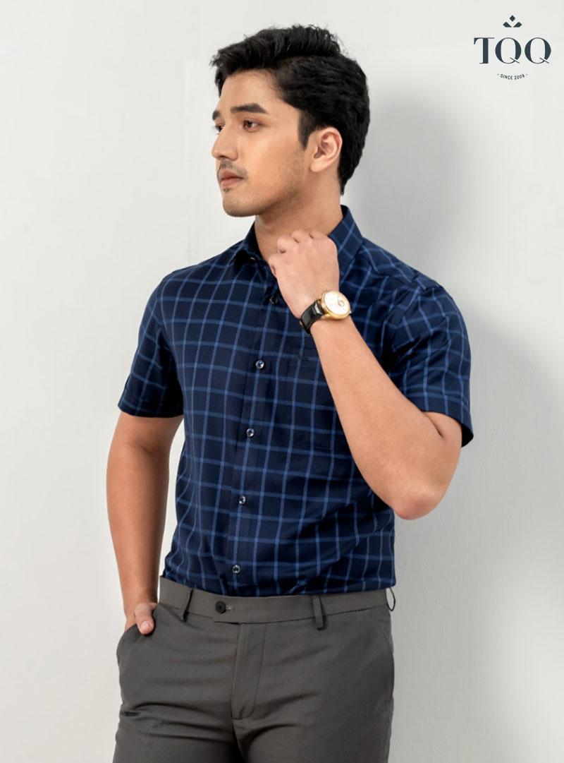 Màu da nâu (màu da chủ yếu của đa số đàn ông Việt) phù hợp với áo sơ mi màu đỏ đô, xanh navy, đen, trắng...