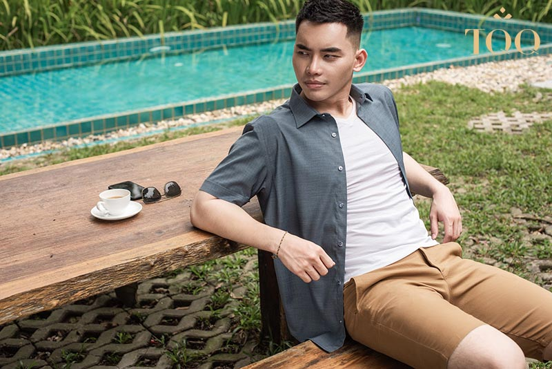 Mặc áo sơ mi nam trơn khoác ngoài là phong cách trẻ trung được nhiều nam giới lựa chọn