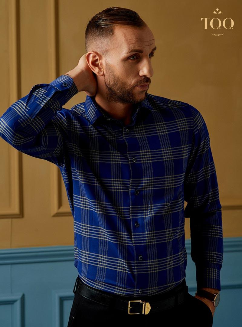 Nam giới có làn da sẫm màu có thể lựa chọn các mẫu áo sơ mi xanh navy có họa tiết