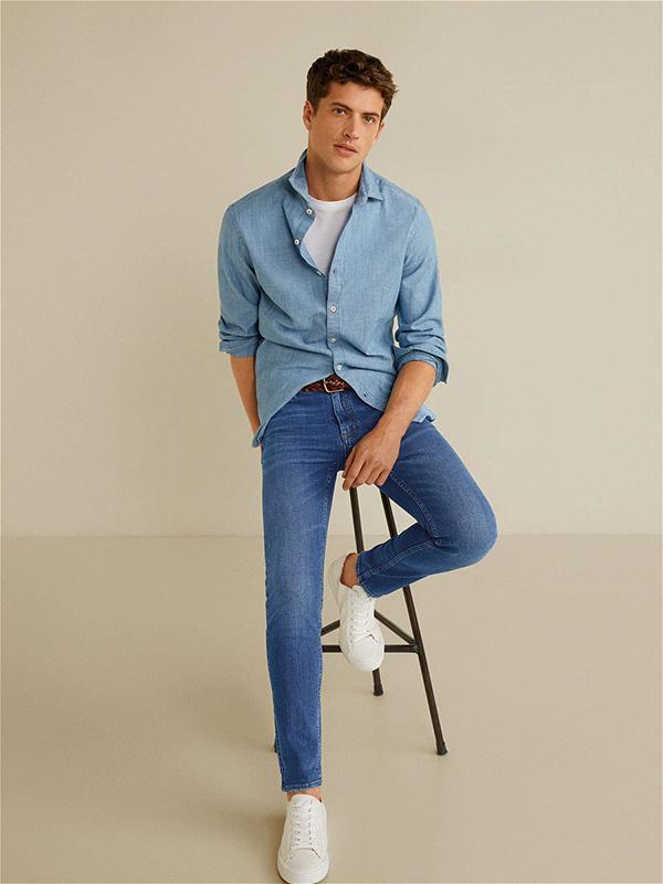 quần jeans xanh phối cùng áo sơ mi nam cùng tone