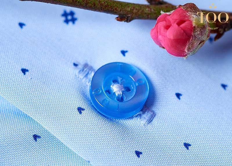 Áo sơ mi nam không nhăn thường sử dụng công nghệ dệt vải chéo, giúp áo phẳng phiu và giữ dáng