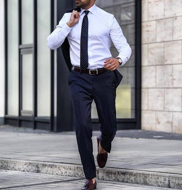 Sơ mi trắng kết hợp cùng vest, caravat và giày Loafer