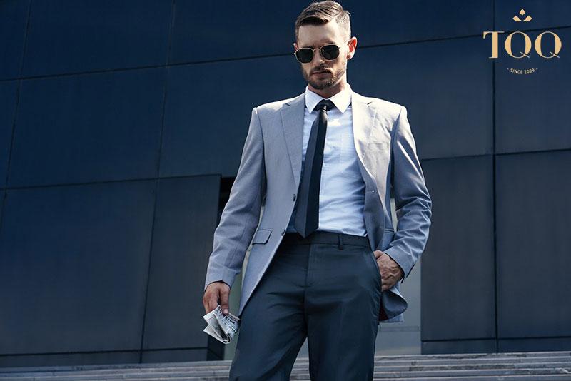 Áo sơ mi trắng kết hợp với vest cùng phụ kiện cà vạt tạo nên set đồ sang trọng, hoàn chỉnh