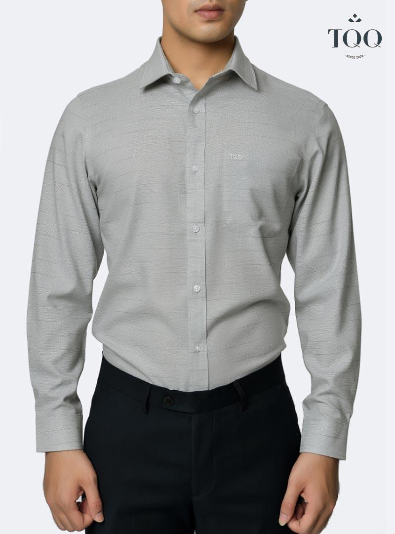 Áo sơ mi màu xám nhạt H263CS kết hợp với quần tây đen mang tới diện mạo phong độ, lịch lãm