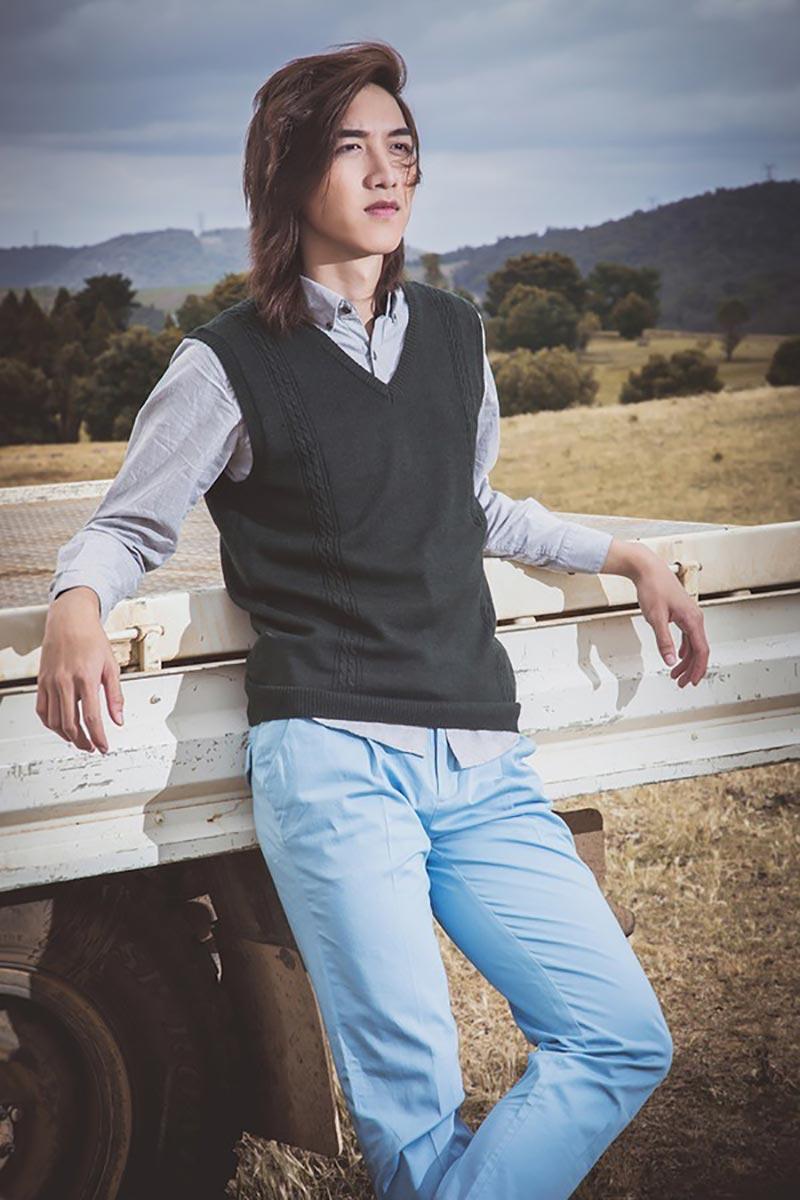 Nam giới có thể sơ vin áo sơ mi bên trong hoặc thả buông khi kết hợp với áo sweater đều đẹp