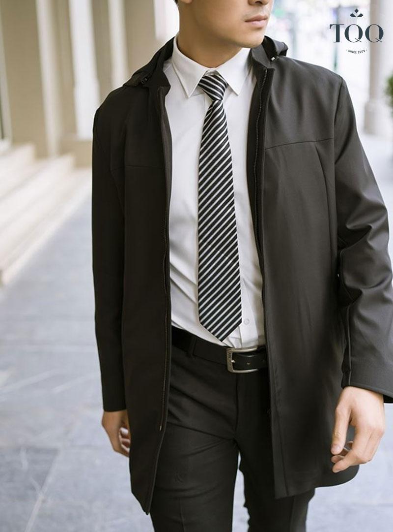 Lịch lãm với áo sơ mi trắng phối cùng áo khoác