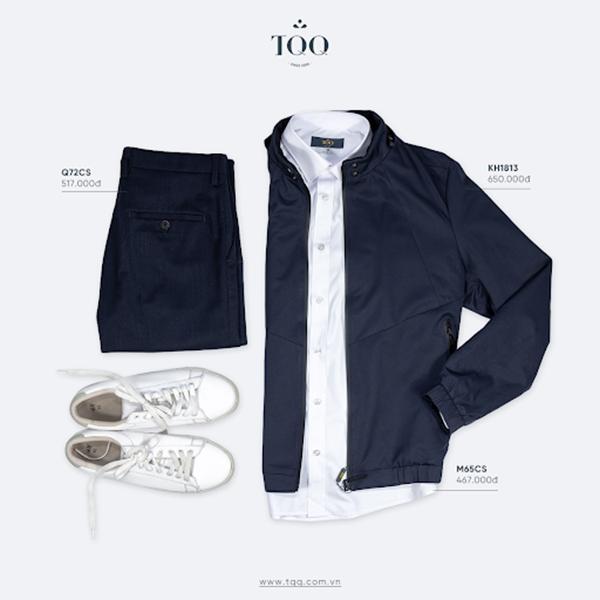 Áo khoác gió tối màu kết hợp cùng áo sơ mi trắng, quần tối màu và giày thể thao
