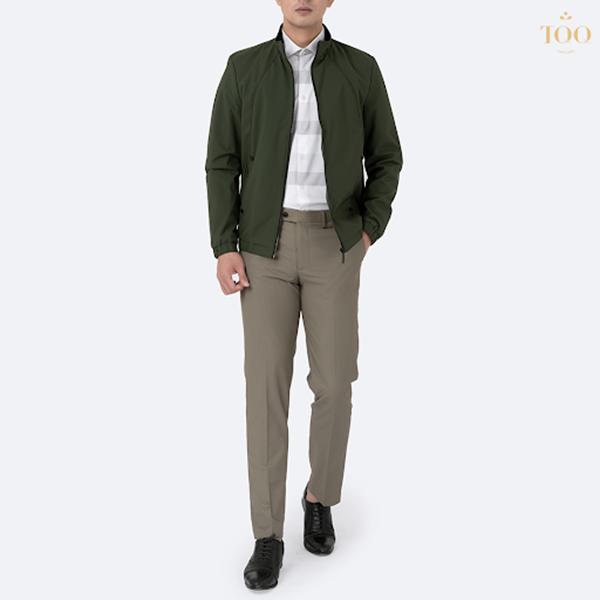 Áo khoác xanh rêu kết hợp sơ mi kẻ ngang, quần tây sáng màu