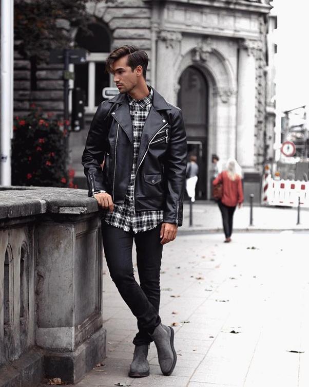 Áo sơ mi caro đen trắng mặc layer cùng áo khoác da đen, quần và giày cùng màu