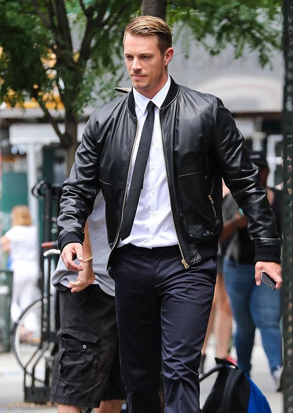 phối sơ mi nam trắng với áo khoác da và một chiếc cà vạt cùng màu