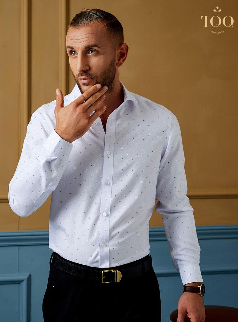 Áo sơ mi trắng là trang phục không thể thiếu trong tủ đồ của các quý ông