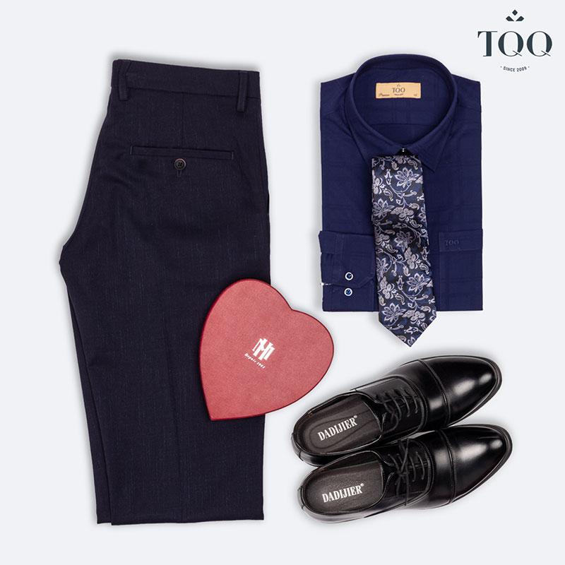 Giày tây cổ điển luôn là ưu tiên số một khi kết hợp với áo sơ mi - quần Âu
