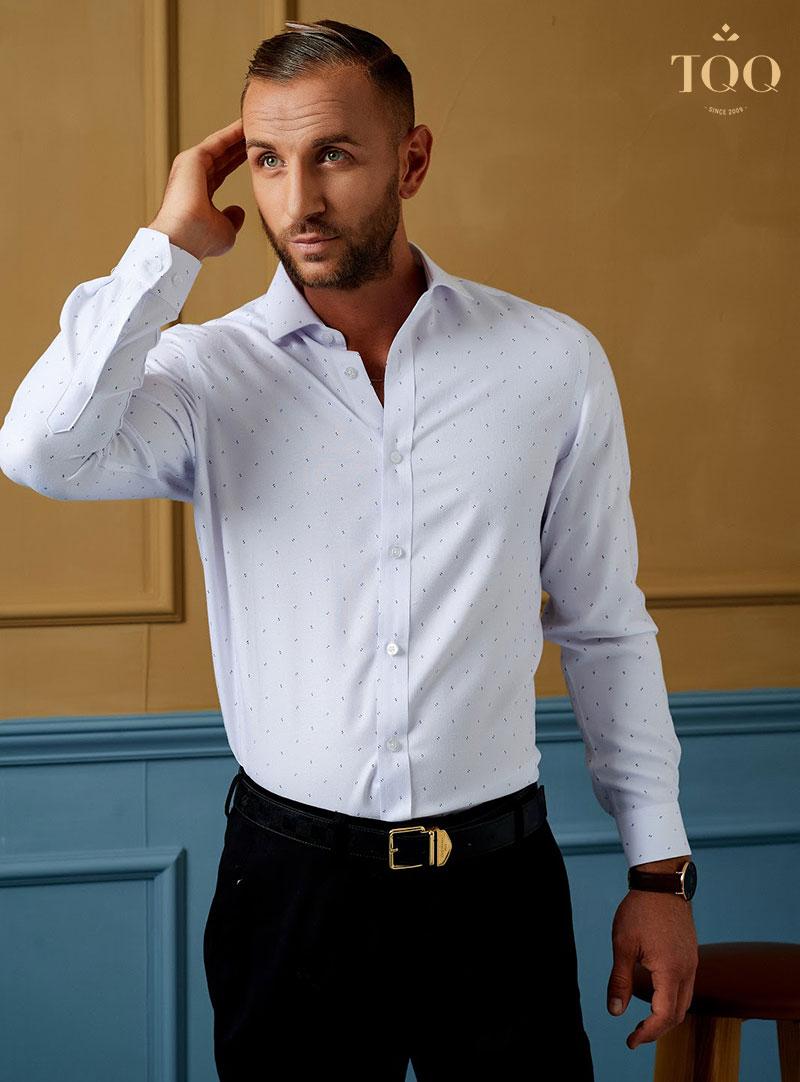 Mẫu áo sơ mi nam bó eo khi kết hợp với màu trắng, tạo nên vẻ đẹp và sự lịch lãm cho người mặc