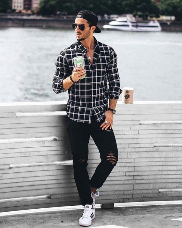 Áo sơ mi họa tiết phối cùng jeans rách