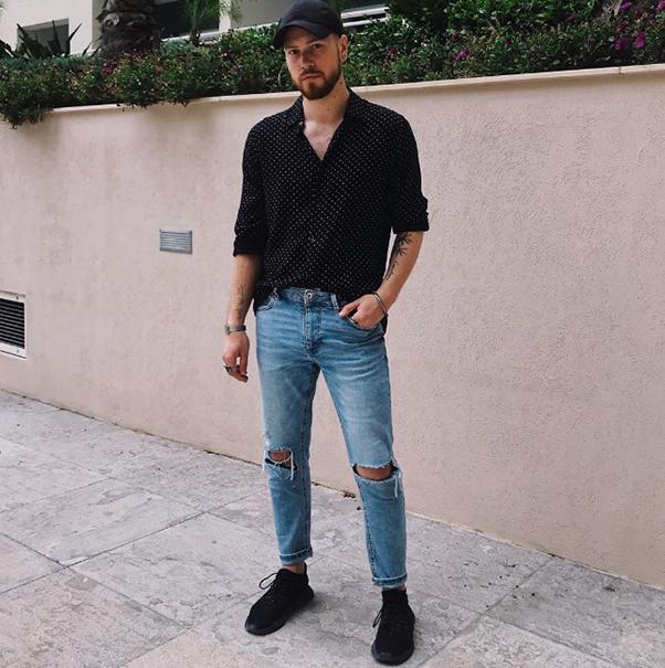Sơ mi nam đen chấm bi kết hợp cùng quần jean và giày thể thao