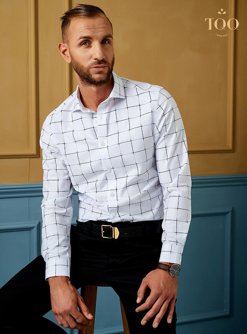 Diện sơ mi dáng classic fit kết hợp cùng quần âu đen tạo nên diện mạo chỉn chu lịch lãm cho quý ông
