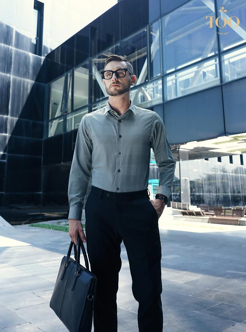 Áo sơ mi kết hợp với quần âu là trang phục không thể thiếu với quý ông công sở