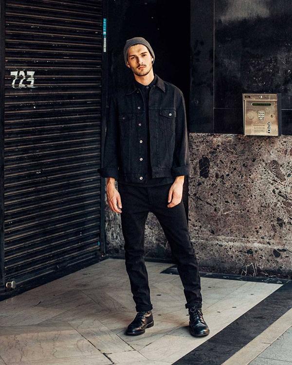 Một chiếc áo sơ mi đen mix cùng áo denim và quần jean cùng màu