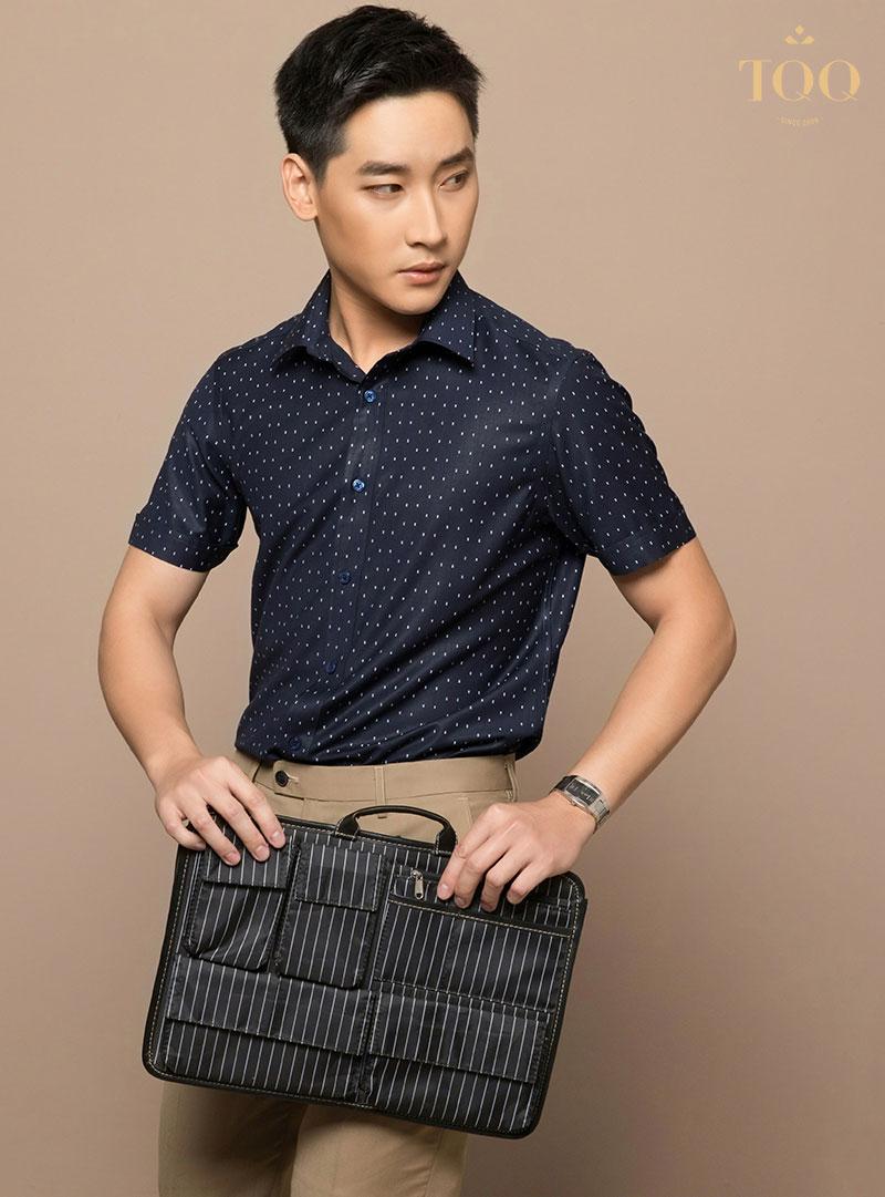 Với áo sơ mi nam ngắn tay họa tiết chấm bi đem đến diện mạo trẻ trung, phong độ, lịch sự cho nam giới