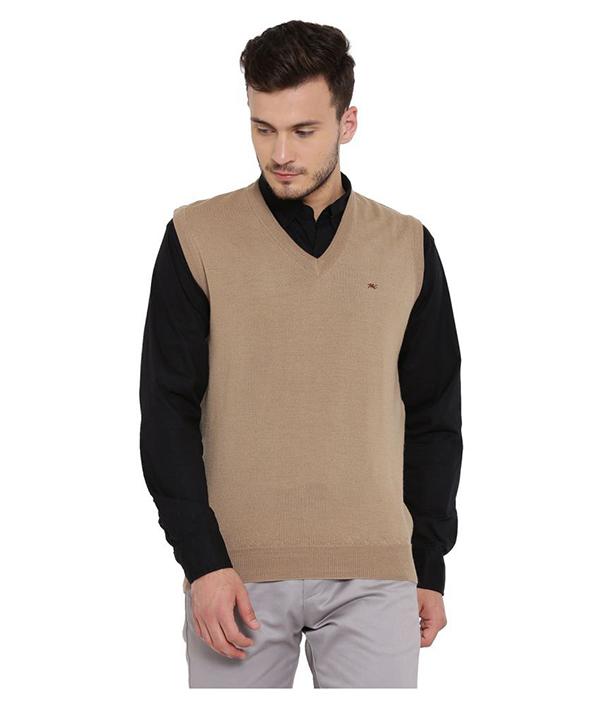 Phối áo sơ mi nam đen kết hợp cùng áo len màu be