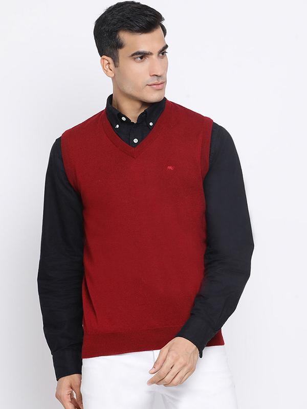mặc áo sơ mi đen bên trong một chiếc áo len cổ V màu đỏ