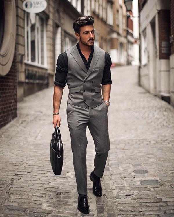 Phối áo sơ mi nam đen với gile màu ghi xám