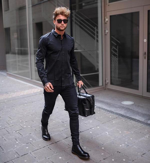 quần jean tối màu kết hợp cùng áo sơ mi đen và giày da