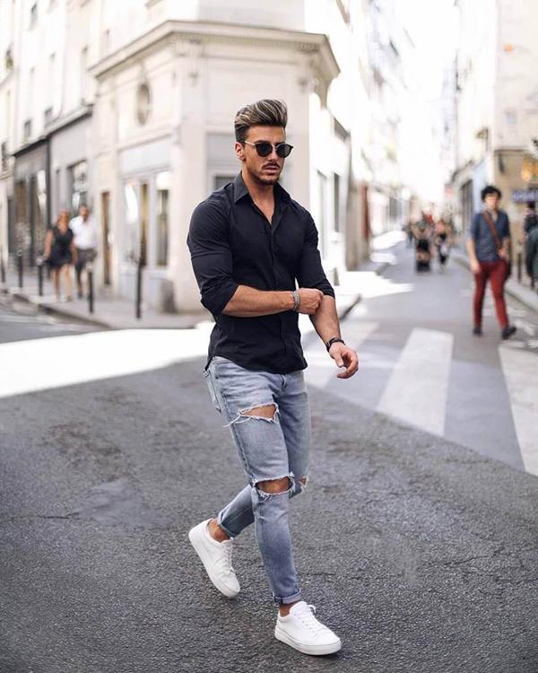 Áo sơ mi đen kết hợp với quần jean xẻ gối và giày thể thao trắng