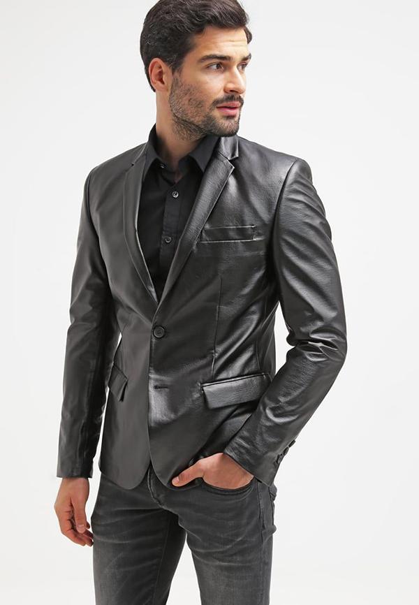 phối một chiếc áo sơ mi đen, áo khoác da với quần jeans