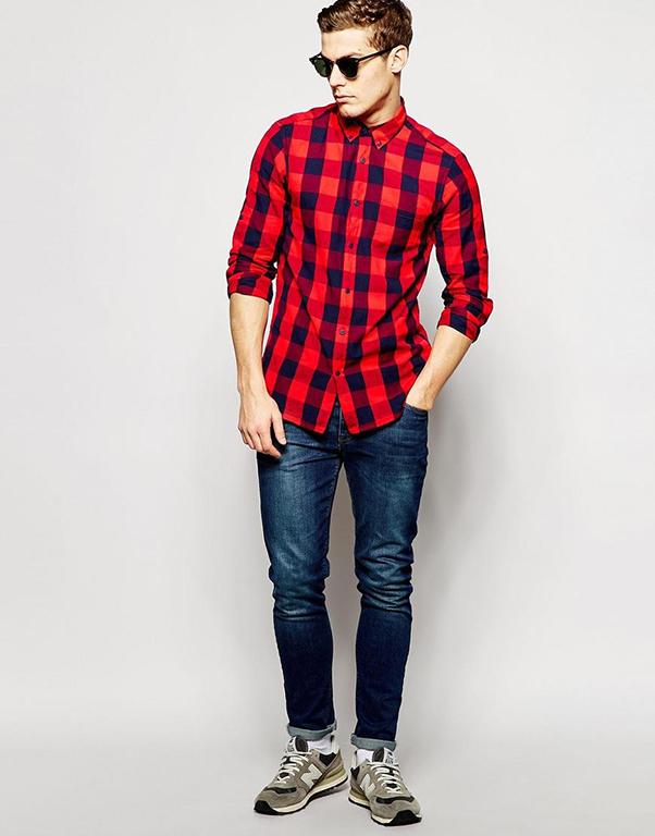 phối quần jeans xanh cùng áo sơ mi nam đỏ tươi kẻ caro