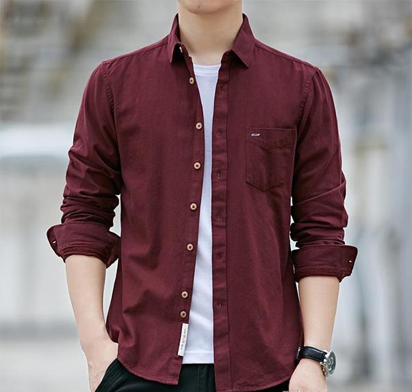 Áo sơ mi đỏ kết hợp cùng áo thun trắng